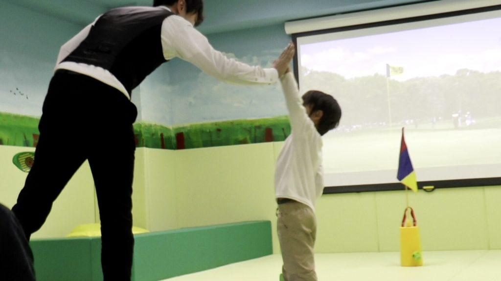 今野さんがタキシードで子供に教えている写真、子供が楽しんでいる写真
