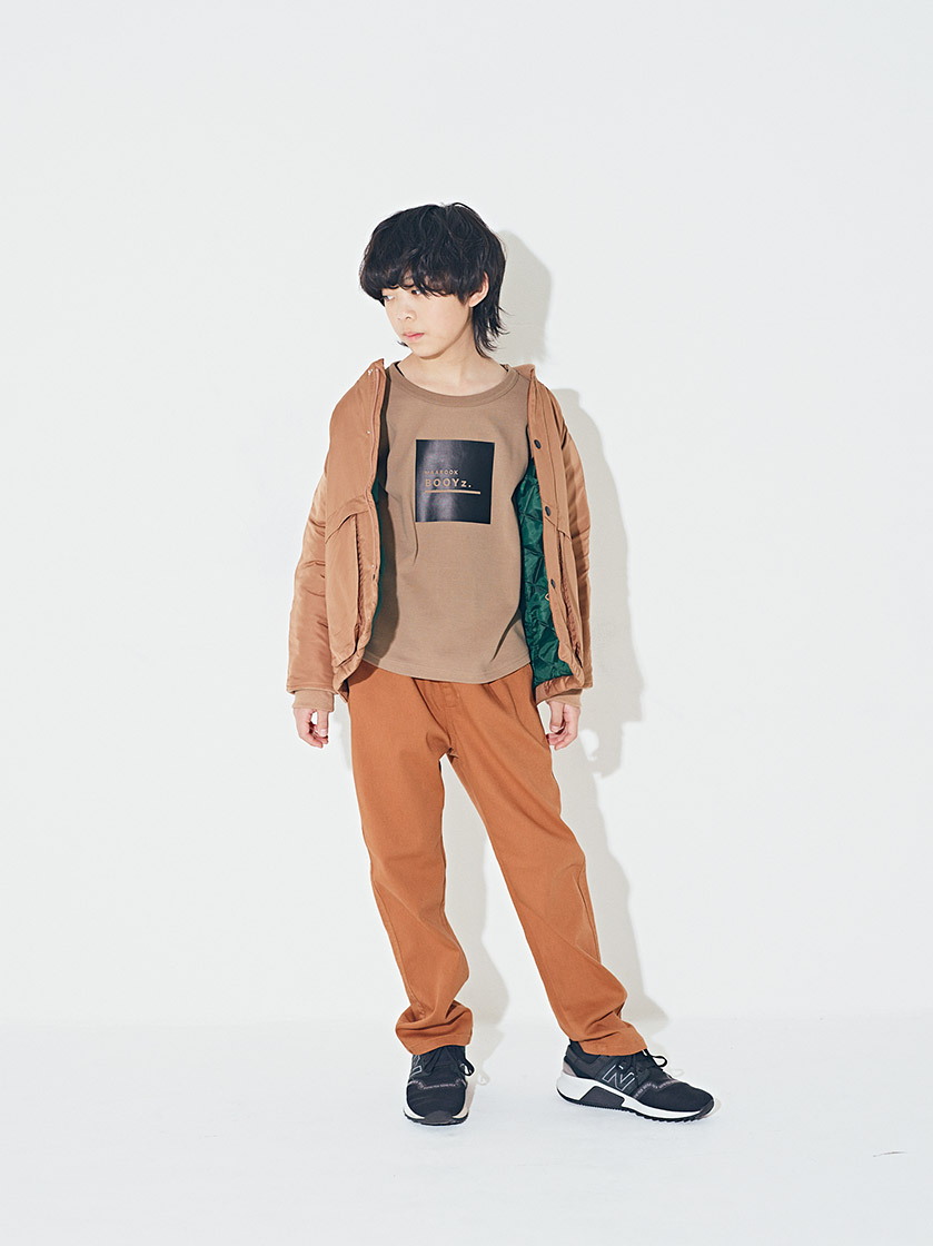 ナイロン中綿ジャケット¥7,900/8,900  スムースロゴTシャツ¥2,700/2,900  ハイストレッチパンツ¥3,600/3,900