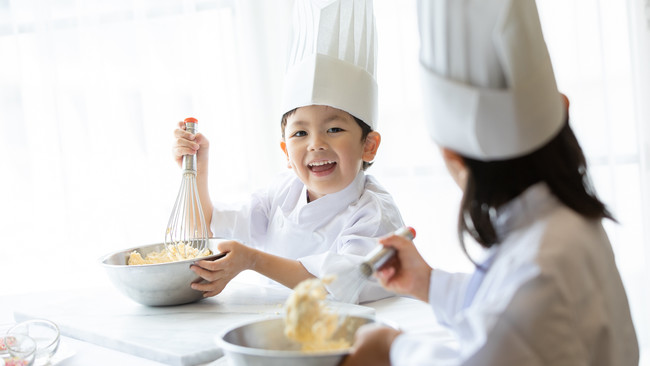 ホテルステイと夏休みの自由研究を叶える宿泊プラン!パティシエ直伝のクッキー作りやウッドクラフト制作を体験!
