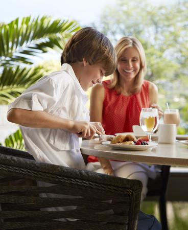 夏休みの自由研究に最適なオンライン講座付き。本格フレンチコースをご自宅へお届け!親子でおいしく学べる『おうちdeテーブルマナー』